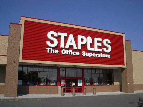 Staples rep announces Amazon lockers